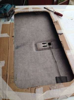 канцелярским ножом вырезаем обшивку потолка