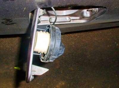 держатель для крышки бензобака фото