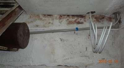 Вода с перепускной канистры поступает в подвал.