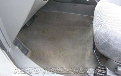 чистим пол в автомобиле